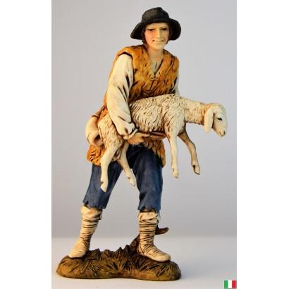 Uomo con pecora in braccio...