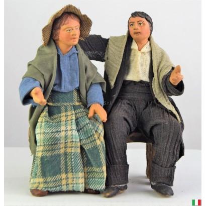 Uomo e donna seduti in...