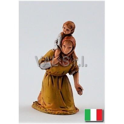Donna con bambino in spalla...