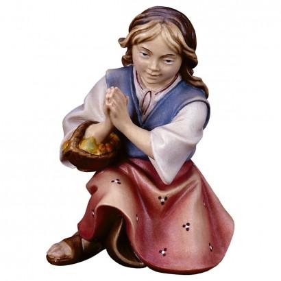 Bambina che prega inginocchiata