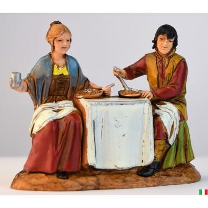 Uomo e donna al tavolo...