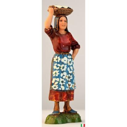 Donna con cesto in testa...